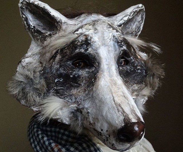 Trash art wolf.It is very nice to make animals with only news ... | 533x640