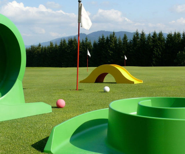 Attirant Backyard Mini Golf Set