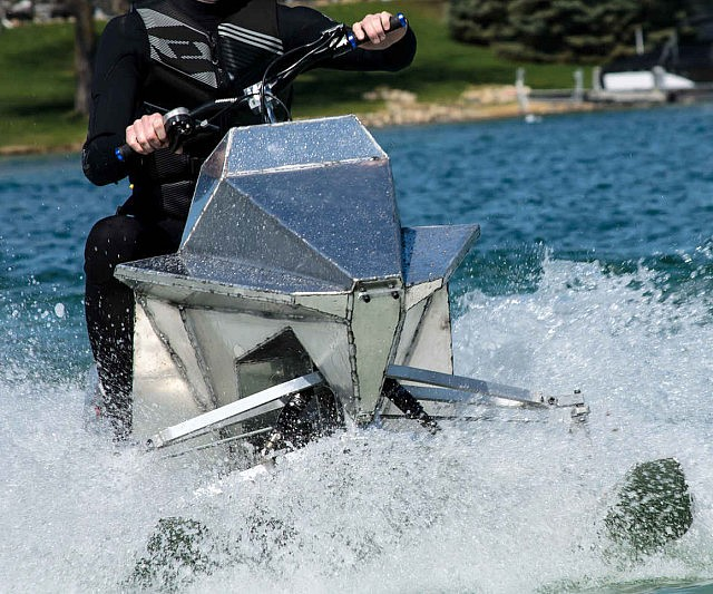 Jan 2018. The jet ski both powers and steers the 15-foot Wave Boat 444.