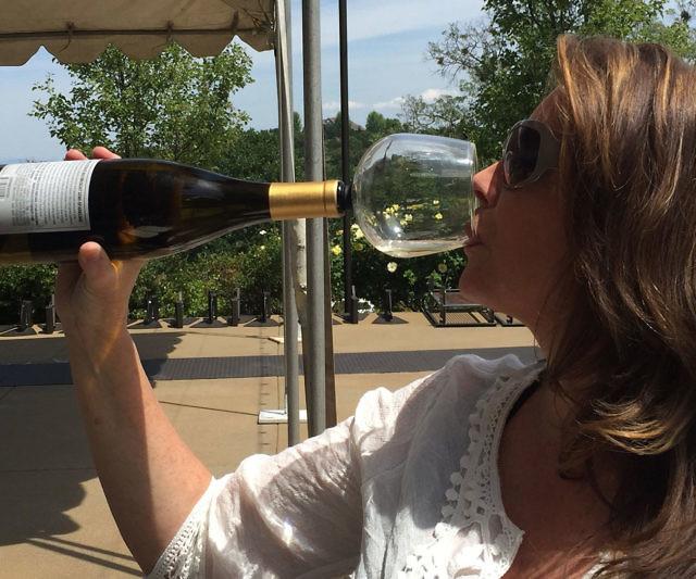 botella de vino con copa incluida